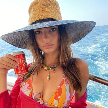 Los bikinis estampados y a todo color son los favoritos de la temporada, palabra de Emily Ratajkowski (y del street style)