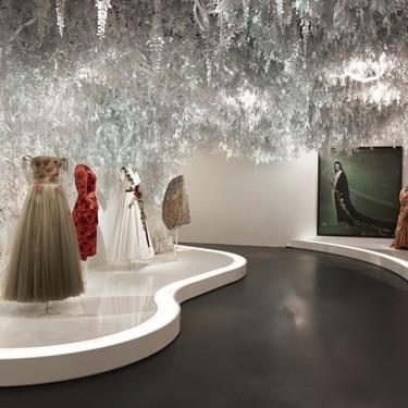 Estudio Wanda y Christian Dior: Todo un espectáculo de vegetación colgante en papel, alta costura y obras de arte