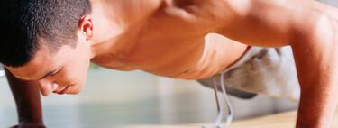 Tres variaciones de flexiones de brazos para trabajar todo el cuerpo sin material