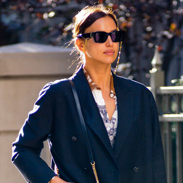 Cinco abrigos oversize y mocasines negros para emular con piezas básicas el último look de Irina Shayk