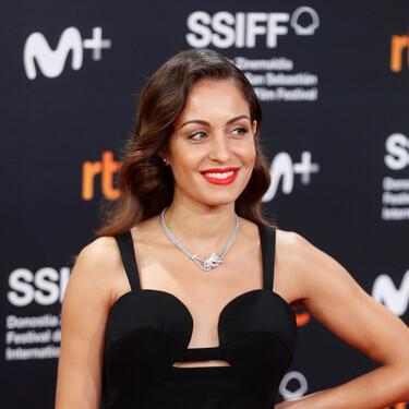 El peinado de trencitas de Hiba Abouk en París es perfecto para las que no quieren que el pelo les caiga en la cara
