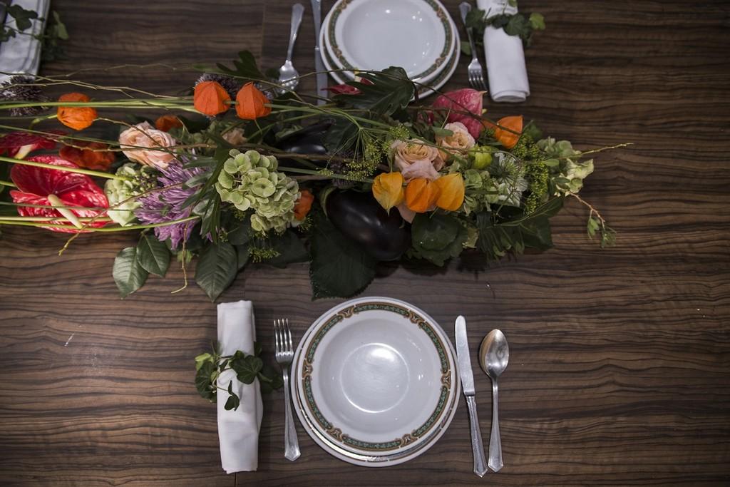 Se acerca el cambio de estación: Cómo decorar una mesa bonita con flores en otoño