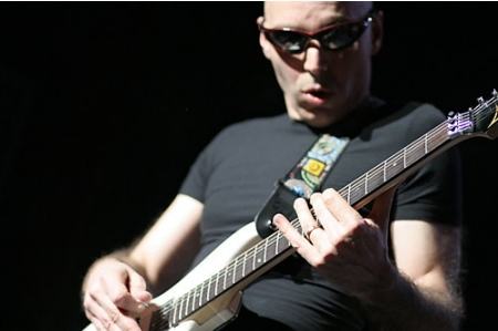 Joe Satriani en 'Guitar Hero IV' y 'Rock Band 2'