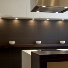 aprovechar-zonas-de-paso-una-buena-solucion-para-amueblar-cocinas-pequenas
