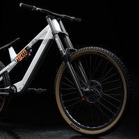 Atípica, minimalista y para descenso: las tres claves de esta revolucionaria bicicleta eléctrica con amortiguador horizontal