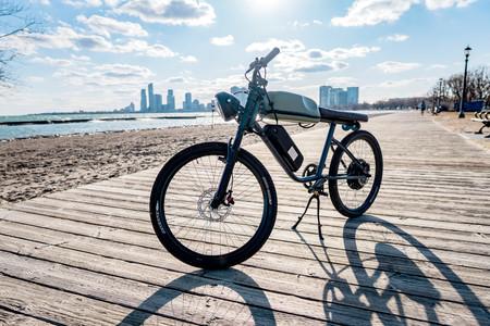 Alma café racer y 45 km/h de velocidad punta por 2.589 euros: así es la bicicleta eléctrica Titan R