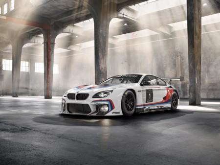 BMW M6 GT3, superando y haciendo a un lado al Z4 GT3