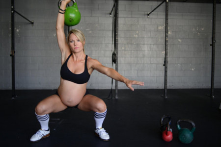 Ocho meses de embarazo y levantando pesas