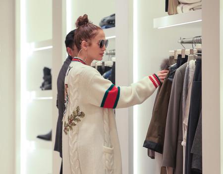 Así es el look de más de 6.000 euros que Jennifer López usa para salir de compras