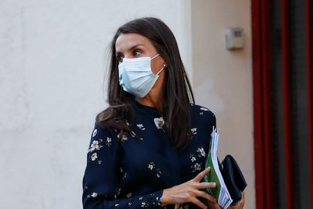 Doña Letizia repite vestido de Massimo Dutti para acudir a una reunión en la sede de la Asociación Española Contra el Cáncer
