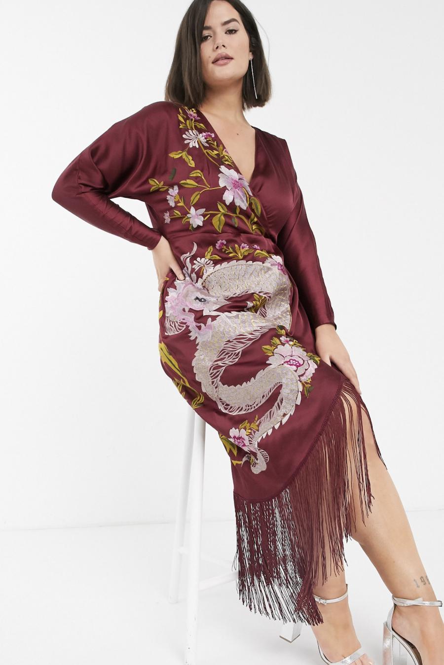 Vestido midi estilo kimono con bordado de dragón y bajo con flecos de ASOS DESIGN Curve
