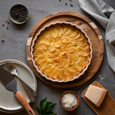 Cómo hacer patatas gratinadas a los cuatro quesos, la guarnición perfecta para los queseros
