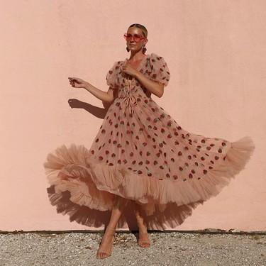 Tik Tok y el fenómeno del vestido de fresas y tul rosa firmado por Lirika Matoshi que arrasa en todos lados
