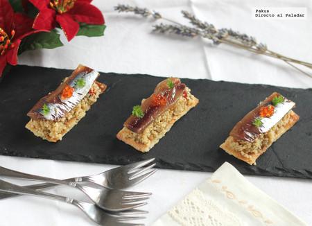 Coca crujiente de sardinas en salazón y cuscús. Receta rápida de aperitivo original para los banquetes navideños