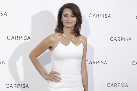 Penélope Cruz presenta en Madrid su nueva colección de bolsos con un look en blanco y negro poco favorecedor
