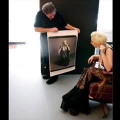 Foto 2 de 5 de la galería nuevas-fotos-de-lady-gaga-escotada-de-infarto-y-posando-para-polaroid en Poprosa