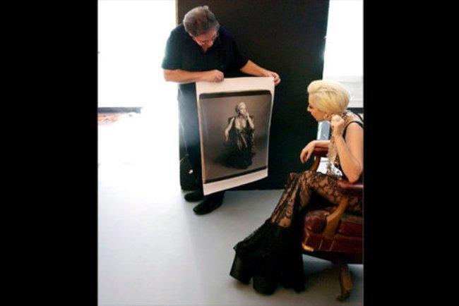 Foto de Nuevas fotos de Lady Gaga escotada de infarto y posando para 'Polaroid'  (2/5)