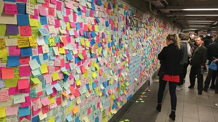El metro de Nueva York se está llenando de post-it motivacionales para superar la victoria de Trump