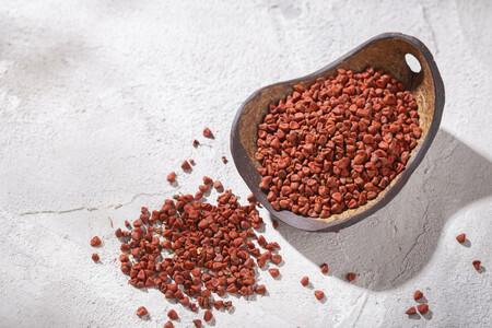 Qué es el achiote, el colorante natural y especia imprescindible en la cocina mexicana: propiedades y cómo usarlo en la cocina