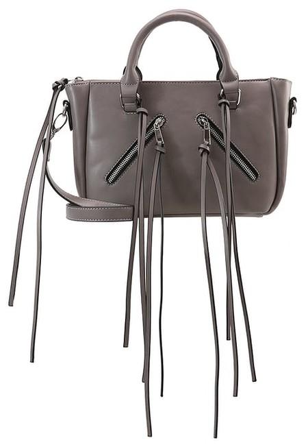 Por sólo 11,45 euros puede estrenar este bolso tipo bandolera con flecos de Missguided. Zalando te lo envía gratis