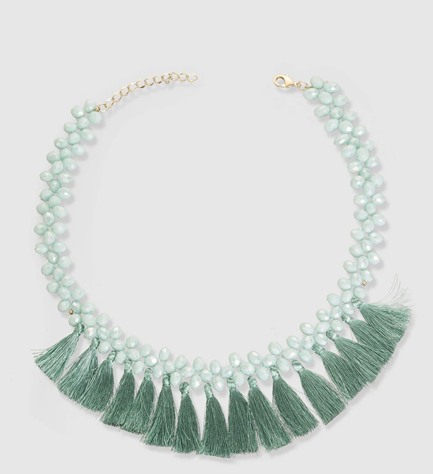 Collar corto enfilado con cuentas de cristal azul y pompones mini a tono.