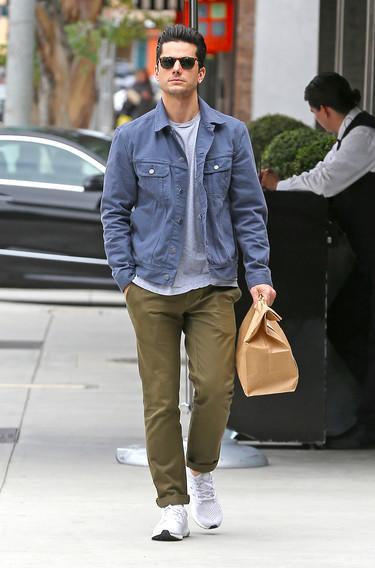 Desde que los de Longchamp le regalaron la bolsa de mano Le Foulonné Matt Bomer ya no tiene que usar las de papel