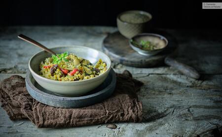 Ensalada de quinoa con uvas pasas, semillas y verduras caramelizadas