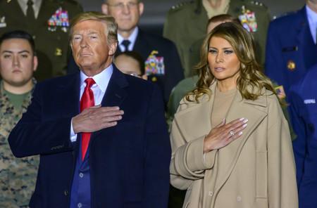 Melania Trump nos da las claves para combinar un total look beige con complementos rojos (y romper con la sencillez del monocolor)