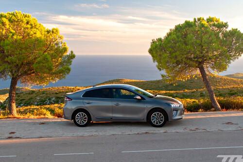 Probamos el Hyundai Ioniq eléctrico: una berlina compacta que convence, pero que queda eclipsada por el SUV Kona Eléctrico