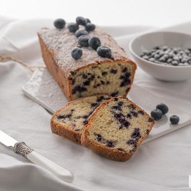 Cake de yogur griego y arándanos: receta para un desayuno suave y tierno