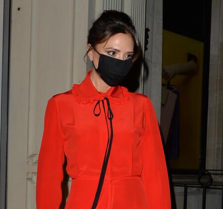 Victoria Beckham tiene el vestido rojo ideal para sacarle el máximo partido en diferentes ocasiones y esta Navidad