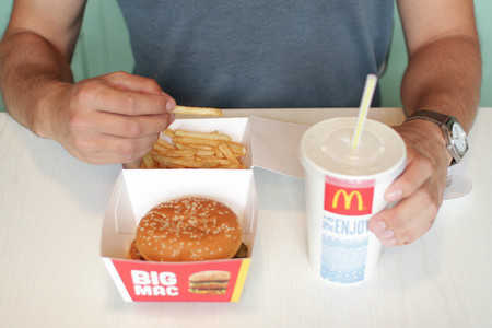 Un joven de 21 años crea un nuevo diseño para servir las hamburguesas