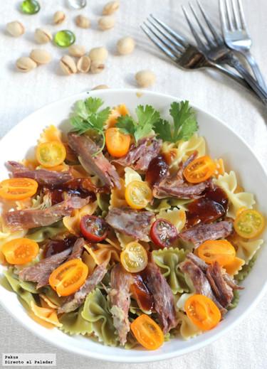 Ensalada de pasta con confit de pato y pistachos. Receta ligera