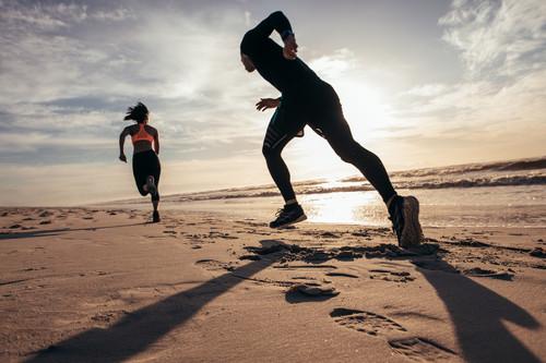Entrenamiento HIIT en la playa: mantente en forma en vacaciones