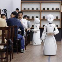 En Japón hay una cafetería atendida por robots que no sustituyen a los humanos, ya que son operados por personas discapacitadas