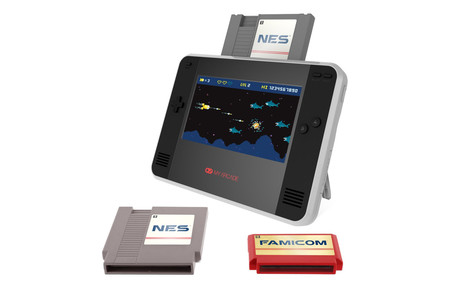 """Desempolva tus viejos cartuchos, esta especie de """"Switch para NES"""" te dejará jugarlos en cualquier lugar, incluso en la televisión"""
