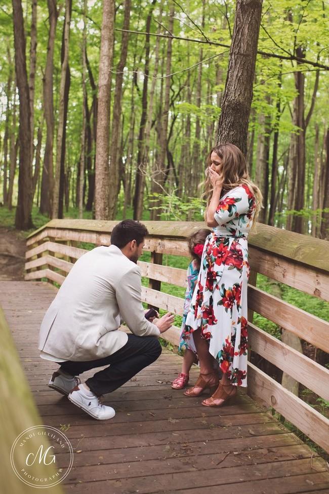 Tras pedirle a su novia matrimonio se agachó para pedirle a su hija si podía ser su padre