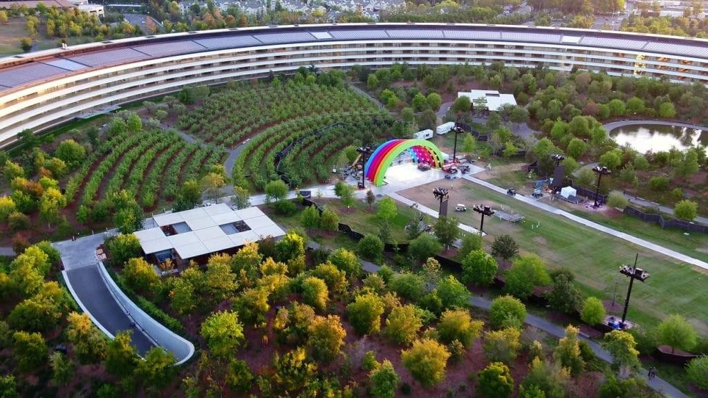 Ya comprendemos a qué está destinado el colorido escenario en medio del Apple™ Park: la inauguración oficial de la sede