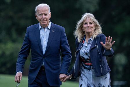 Así combina Jill Biden un precioso vestido estampado muy veraniego con una cazadora de cuero