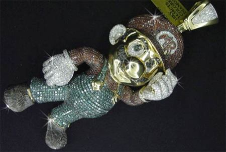 Colgante de Mario en oro y diamantes valorado en 12.000 dólares