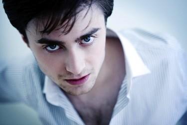Pues va a ser que la novia de Daniel Radcliffe tiene unos cuernos que no cabe por la puerta...