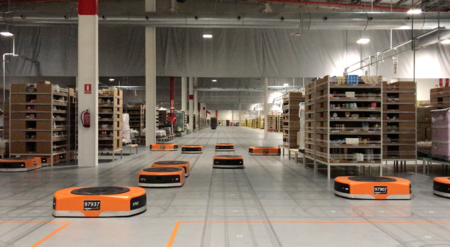 Este es el primer almacén robotizado de Amazon en España