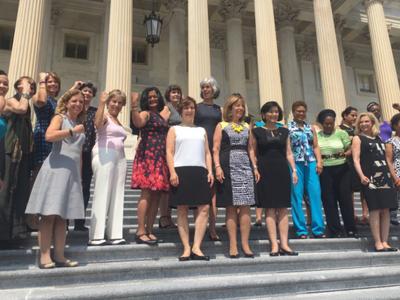 La selfie de las trabajadoras del Capitolio que marca una era: en 2017 les dejarán enseñar los hombros