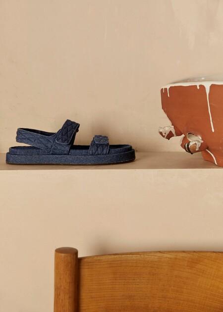 Clonados y pillados: las ugly sandals vaqueras de Chanel ya se encuentran en clave low-cost gracias a Mango
