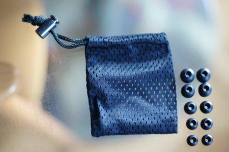 5 tamaños de almohadillas de silicona, más la funda de tela para el transporte de los auriculares