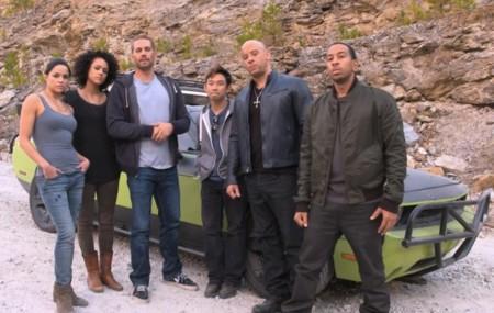 James Wan rodeado de algunos de los actores durante el rodaje