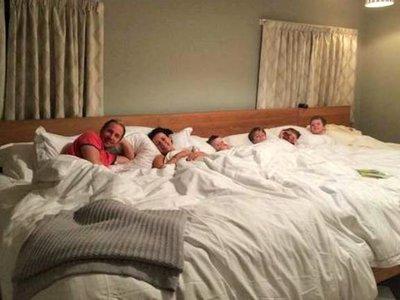 Una pareja monta en su habitación una cama de 5,5 metros para ellos y sus cuatro hijos