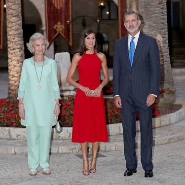 Rojo y con cuello halter, así ha sido la elección de la Reina Letizia para la tradicional recepción en el Palacio de la Almudaina