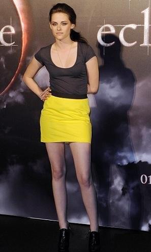 Kristen Stewart fabulosa con una falda amarilla en la presentación de Eclipse en Sidney