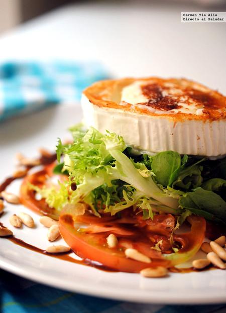 Ensalada de queso de cabra y piñones con miel y mostaza: receta fácil, rápida y resultona